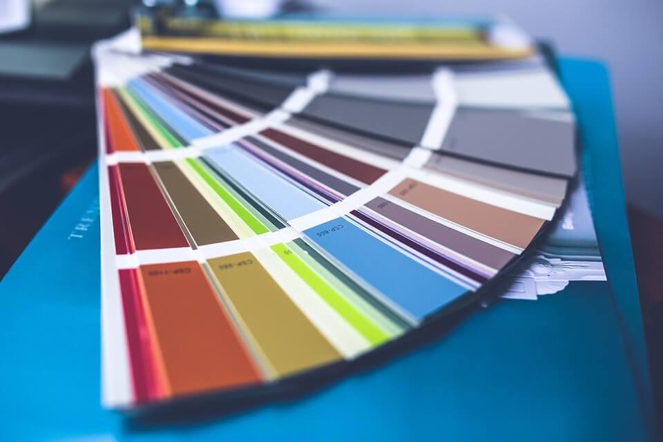 Jak malować ściany metodą natryskową?