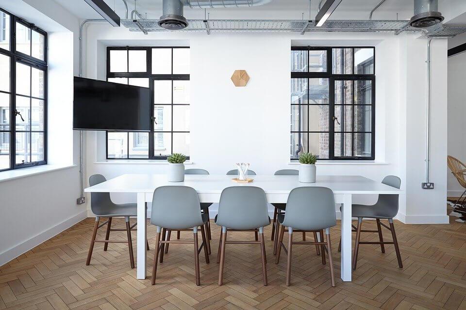 Jakie krzesła do salonu wybrać?