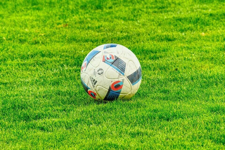 Boisko piłkarskie na ogrodzie dla dzieci
