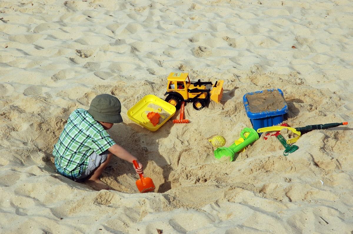 Zabawa i nauka na podwórku piaskownice dla dzieci